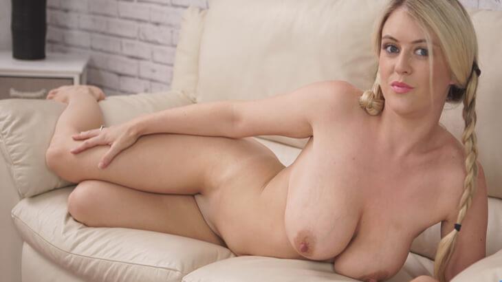 blonde girls zeigen sich komplett nackt und live