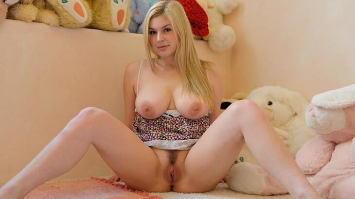 blondes girl macht vor der webcam die beine breit